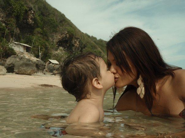 Julie Estelle 'Pamer' Hot Bikini Di Pantai